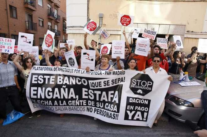 Protesta de la Plataforma de Afectados por la Hipoteca para frenar un desahucio en Madrid.