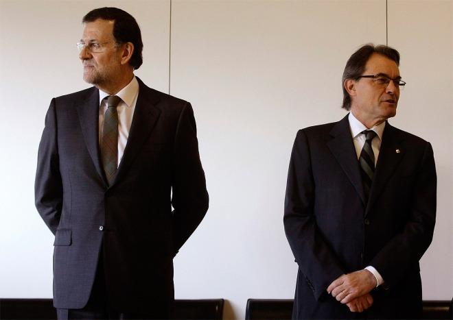 Los presidentes del Gobierno (izqd.) y de la Generalitat, durante un encuentro mantenido en 2013.