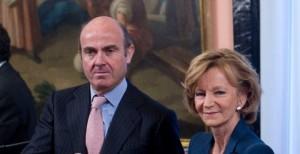 El ministro de Economía, Luis de Guindos (izqda.), y su antecesora en el cargo, la socialista Elena Salgado.