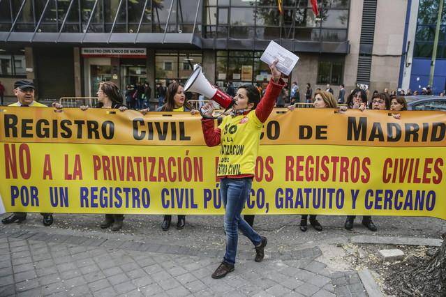 Trabajadores del Registro Civil protestan en Madrid contra la privatización del organismo. / Emilio Naranjo (Efe)